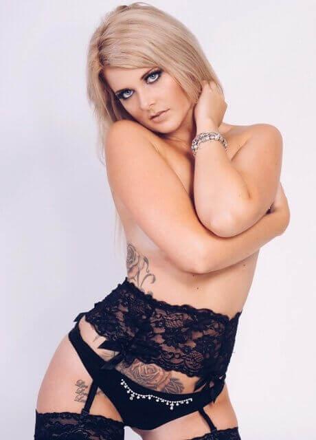 alexia b gold coast topless waitress2