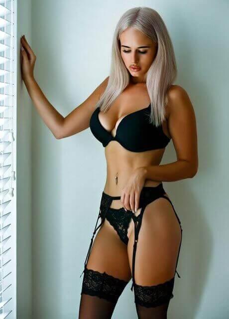 amy topless waitress sydney2
